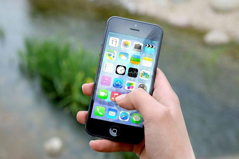 iPhone con schermata app