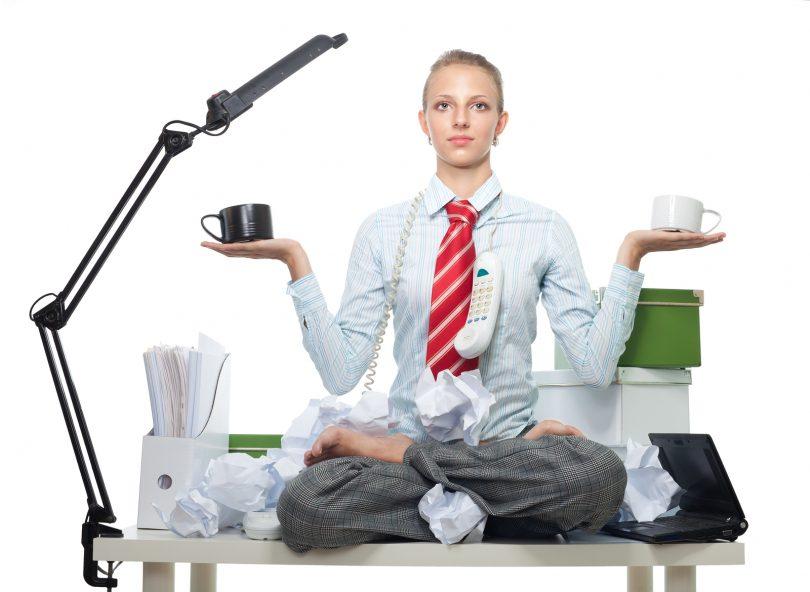 mantenere l'equilibrio al lavoro. donna seduta su scrivania in ufficio