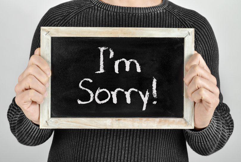 giovane ragazzo trova il modo di chiedere scusa con una lavagnetta con scritto I'm sorry per dire alla ragazza ti amo