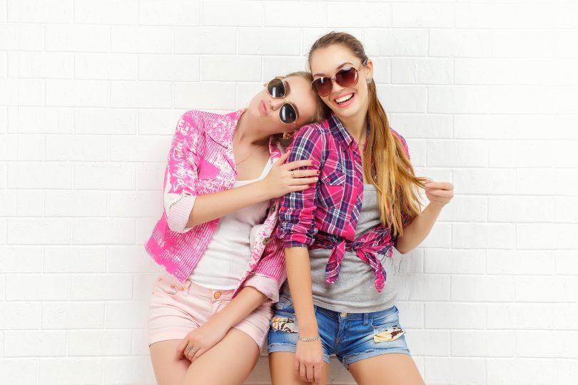 foto di una ragazza e della sua migliore amica che posano per fare un servizio fotografico.