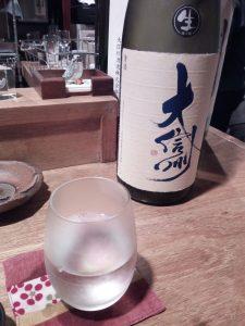 una bottiglia di saké con etichetta originale di Nagano