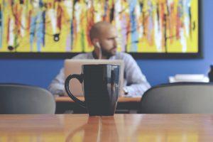 Rimedi hangover in ufficio: come tornare umani alla scrivania
