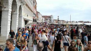 Il turista responsabile non esce di casa: solo così non peggiora il mondo