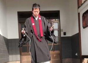 Monaci buddisti vs Stato: in Francia gilet gialli, in Giappone sai neri
