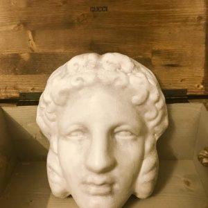 La sfilata Gucci e il mistero della maschera greca