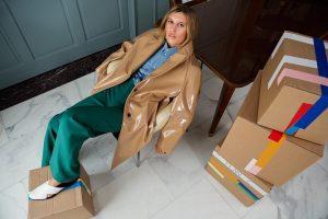 Cosa fare il giorno del trasloco? Lo spiega il fashion film di Carolina Castiglioni per Plan C (sì, certo!)