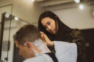 Uomo in un salone Unisex. Oggi si direbbe genderless. Foto di Taylor Smith su Unsplash