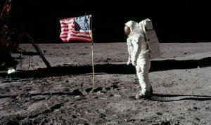 Festeggiamo l'anniversario dello sbarco sulla Luna con Space oddity a tutto volume