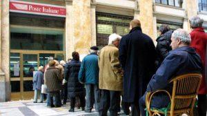 Gli italiani non sanno stare in fila perché si sentono sempre i più furbi