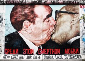 La caduta del muro di Berlino: così il Novecento ebbe il suo iconico bacio (se preferite Hayez siete omofobi)