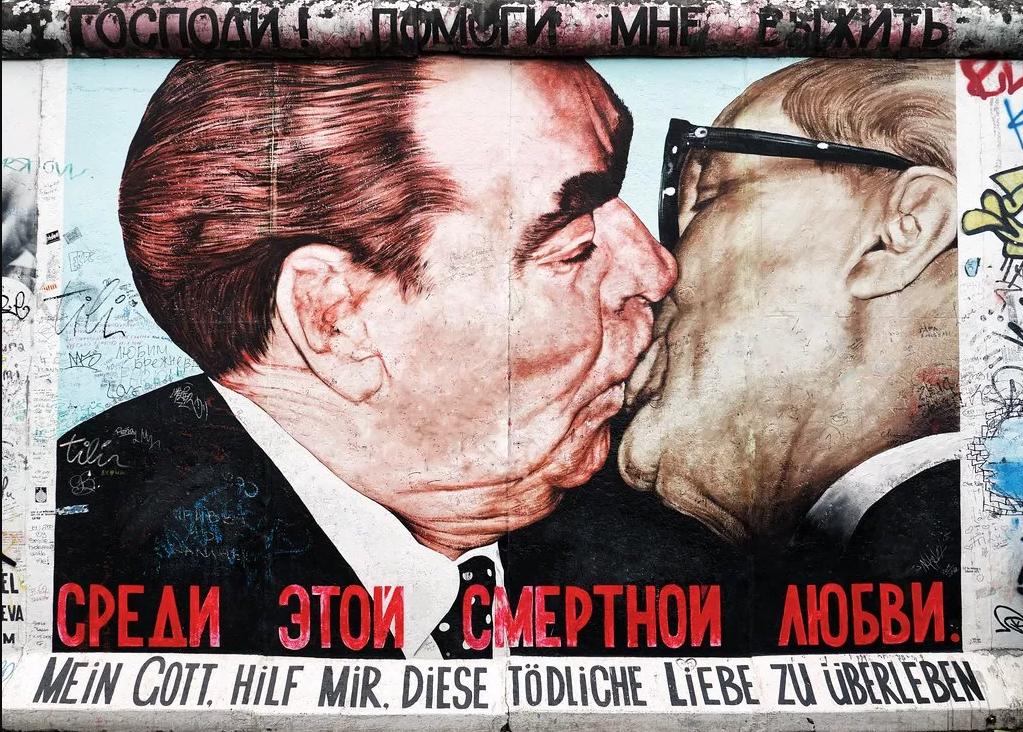 Risultati immagini per banksy kissing coppers berlin